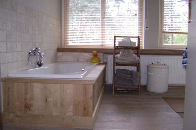 Badkamer vinyl badkamer : badkamer afgewerkt in eiken parket